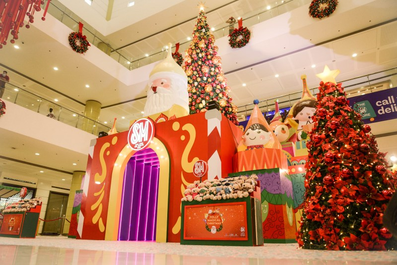 SM City San Jose del Monte's Christmas centerpiece stands the 25-foot Christmas tree on top of the 10-foot high insta-worthy tunnel surrounded with colorful characters and 6-foot tall Christmas trees filled with red decorations.