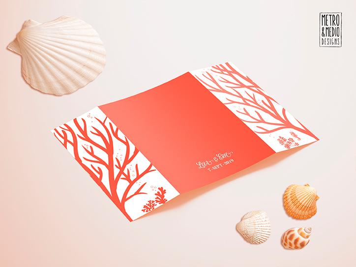 Invitación de boda abierta, parte trasera, en ventana, de tema marino con formas de coral. Colores blanco y coral