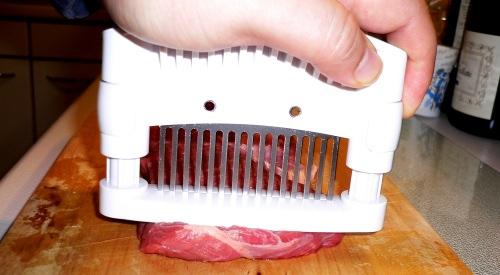 15 scharfe Edelstahlklingen durchdringen das Fleisch.