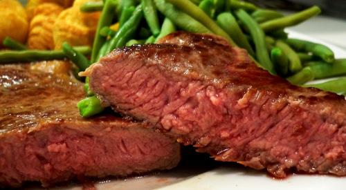 Das Fleisch ist rosig und sehr saftig.