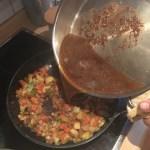 Schmorgemüse mit Bratenfond aufgießen