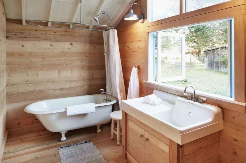salle de bain avec parquet bois