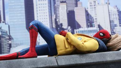 Tom Holland posa com sua action figures de Homem-Aranha
