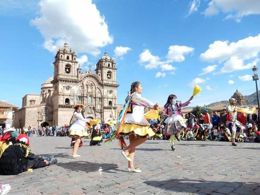 Plaza das Armas em Cusco - um povo festivo, de cores e orgulhosos do seu folclore!   Arquivo pessoal