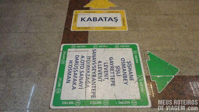 Adesivos de sinalização na estação Taksim