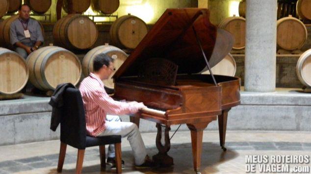 Visitante tocando piano