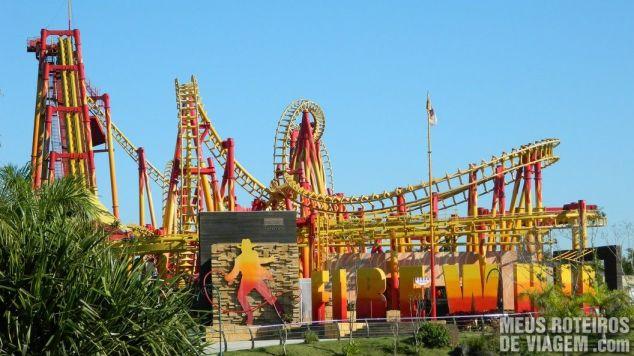 Montanha-russa invertida Fire Whip - Parque Beto Carrero World Penha/SC