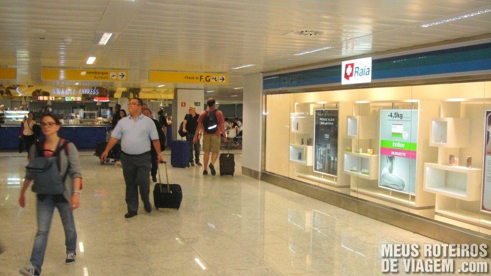 Corredor de acesso entre os terminais do Aeroporto de Guarulhos