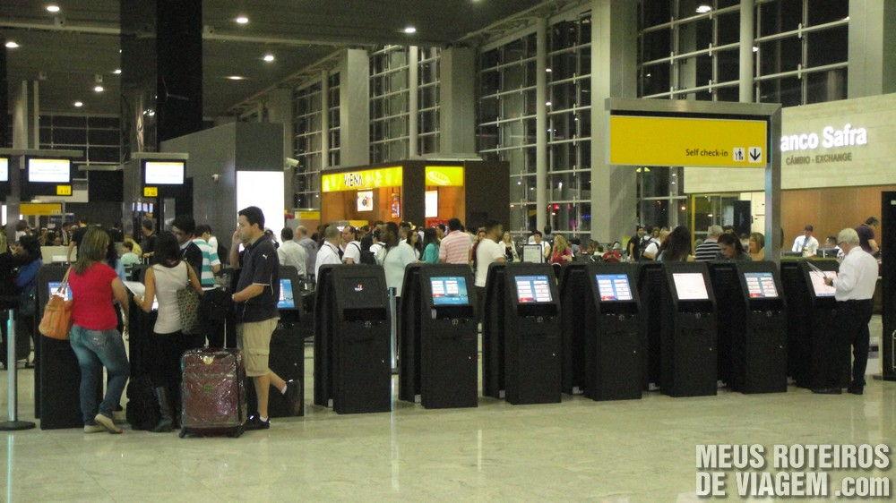 Máquinas de auto-atendimento par check-in no T3 do Aeroporto de Guarulhos