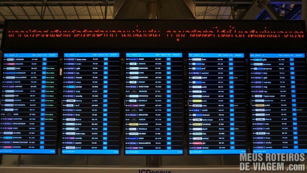 Painel de voos no Aeroporto Internacional de Bangkok - Suvarnabhumi