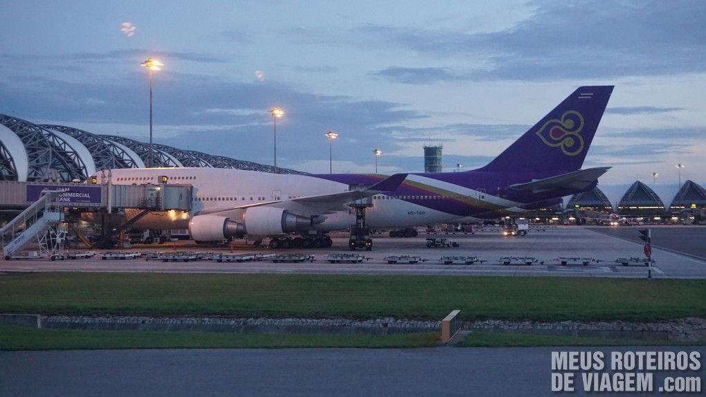 Avião da Thai no Aeroporto de Bangkok