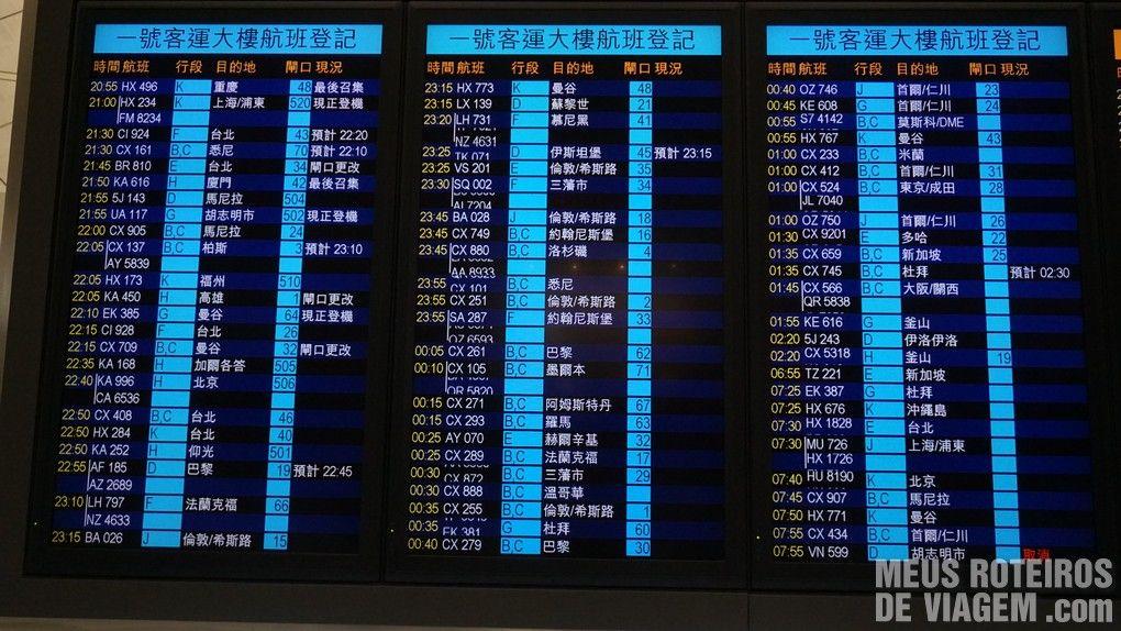 Painel de voos no Aeroporto de Hong Kong