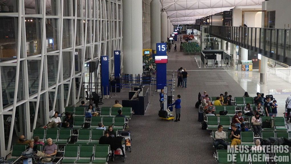 Salas de embarque no Aeroporto de Hong Kong