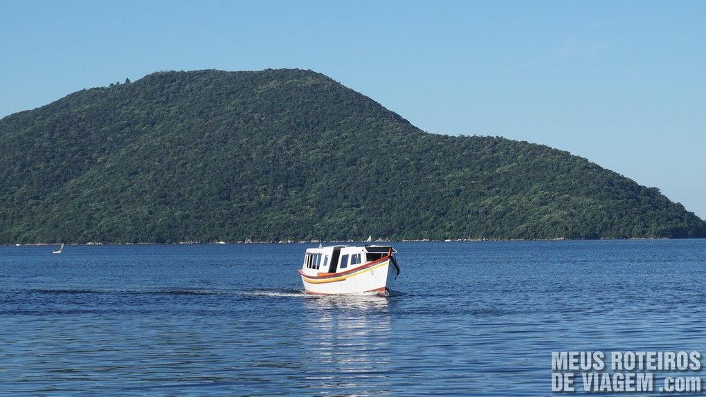 Barquinho de transporte de pasageiros na Costa da Lagoa - Florianópolis