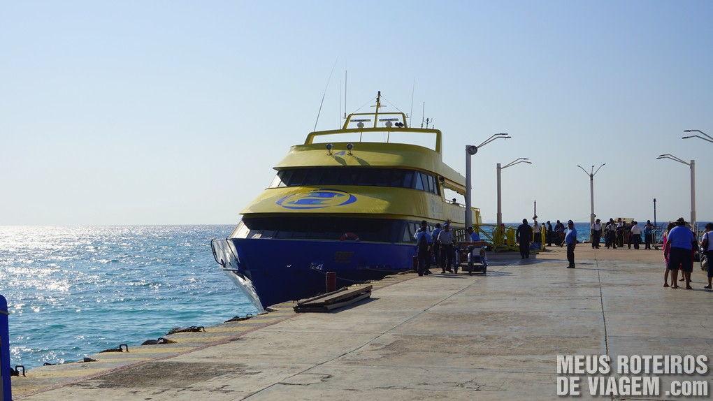 Ferry da Ultramar no terminal de Playa del Carmen - México