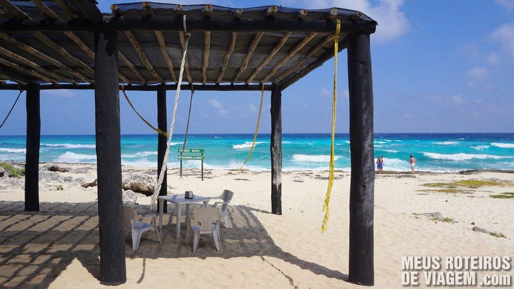 Praia em frente ao farol do Parque Punta Sur - Cozumel, México