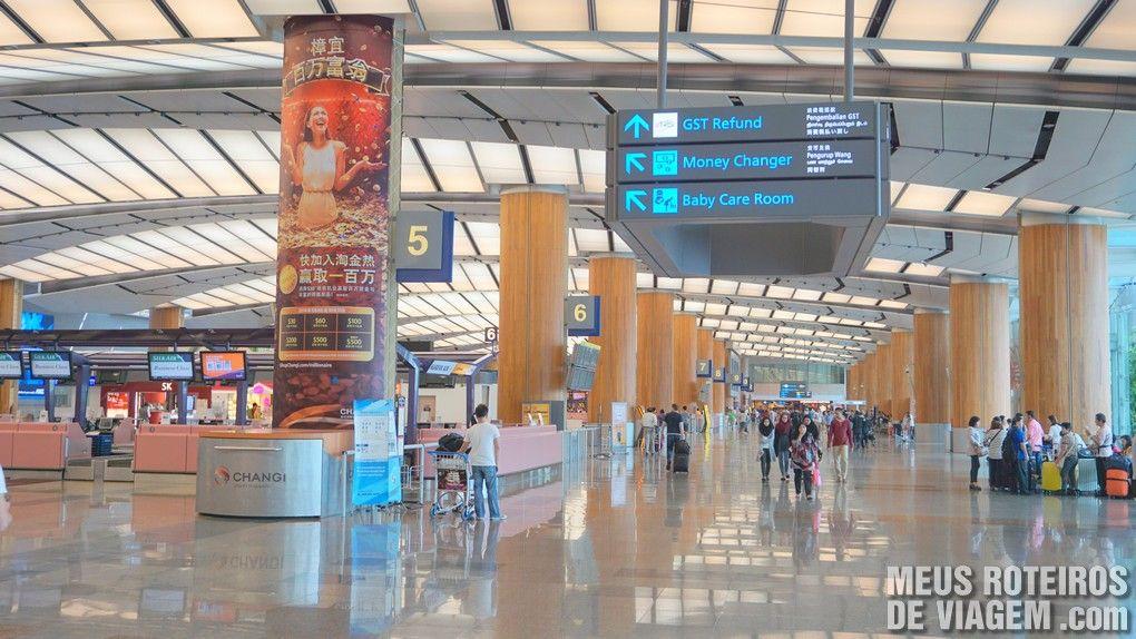Placa no aeroporto indicando a localização do GST Refund - Cingapura