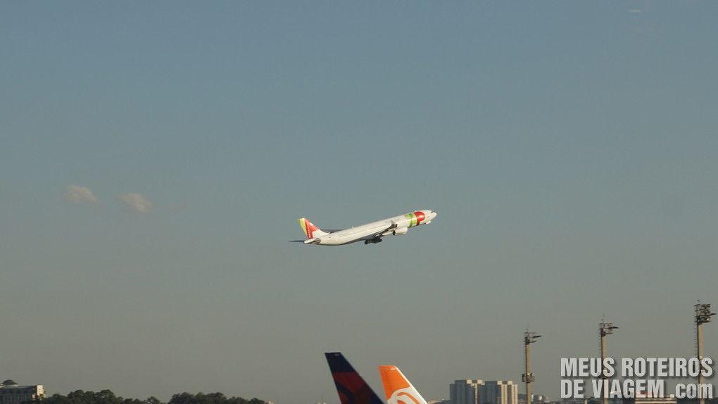 Avião da TAP decolando no Aeroporto de Guarulhos - São Paulo
