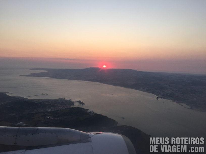 Por do sol com vista para o rio Tejo durante o pouso em Lisboa