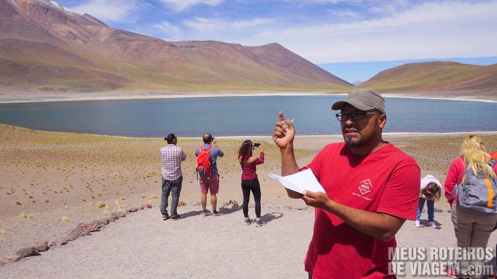 Guia Oscar explicando as Lagoas Altiplâncias - Agência Araya Atacama