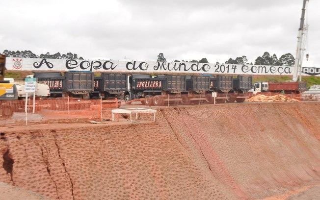 Faixa com a mensagem que a Copa do Mundo começa no estádio do Corinthians