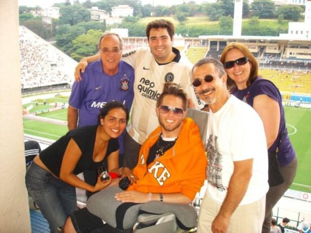 Dôdi e sua família durante jogo do Corinthians no Pacaembu