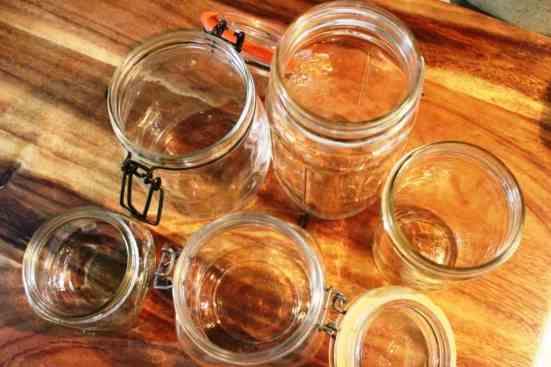 ten listos los frascos para echar la mezcla, chiles jalapeños en vinagre.