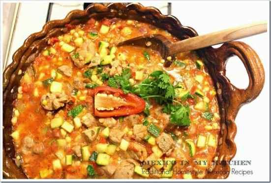 Disfruta con tu familia esta deliciosa receta de calabacitas con puerco y elote.