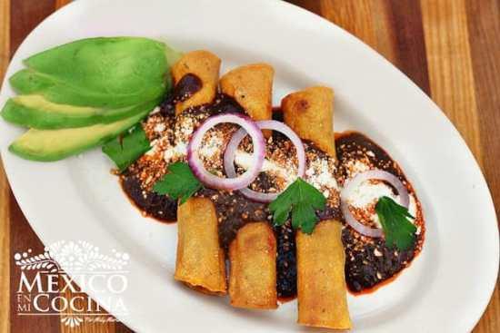 Disfruta con tu familia esta deliciosa receta de Taquitos Dorados de Pavo con Mole