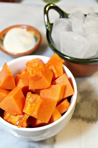 Agua de papaya, trocitos de papaya