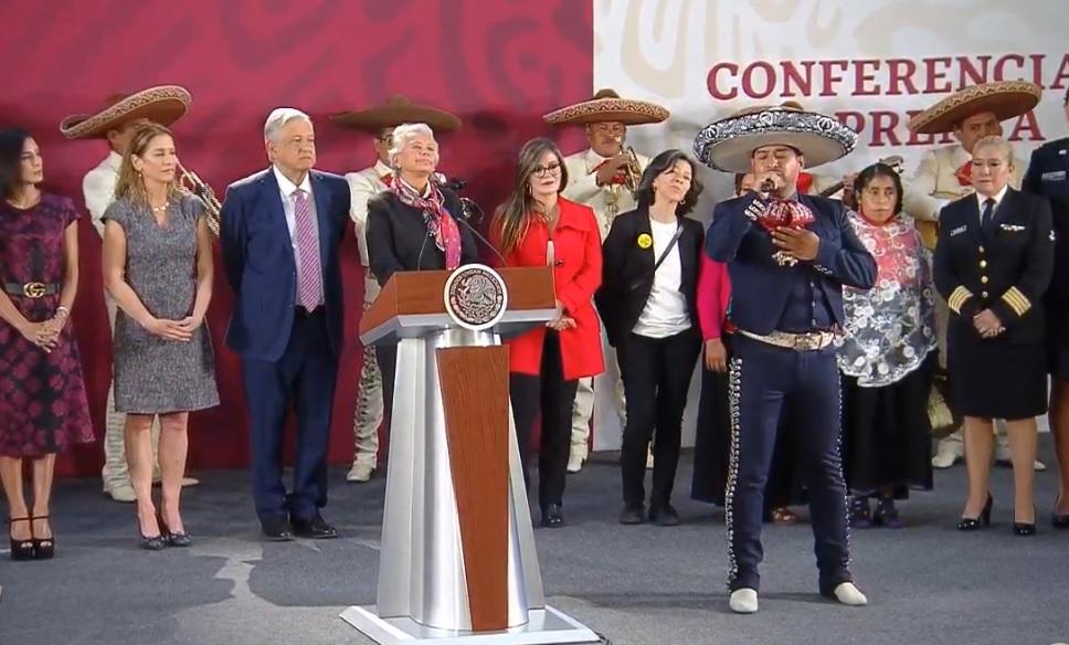Con mariachi, López Obrador felicita a todas las madres de México