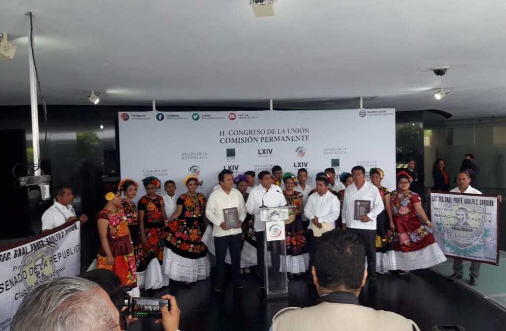 Invita Salomón Jara a integrantes de la comunidad Juchiteca