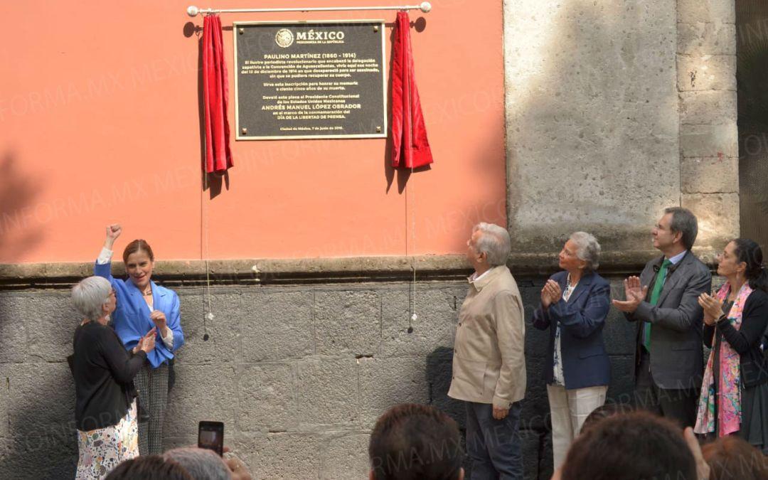 Develan AMLO y Sheinbaum placa por Día de la Libertad de Expresión