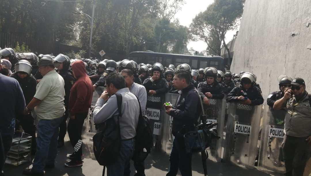 Fuerza pública encapsula a campesinos bloqueadores en San Lázaro
