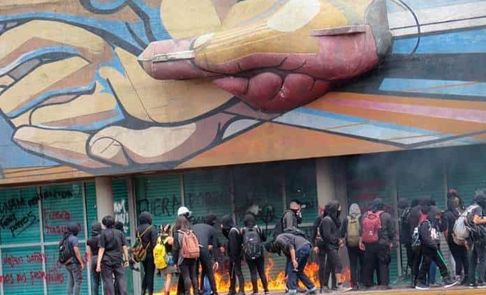 Encapuchados vandalizan Rectoría en Ciudad Universitaria