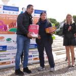 L assessore allo Sport di Ancona premia un rappresentante delle squadre