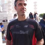 Un atleta mostra l'esclusiva maglia