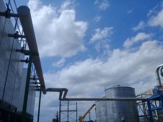 Fabricación y montaje de torre de enfriamiento en la destilería de alcohol del Ingenio Leales.