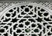 Celosía tallada con motivos geométricos