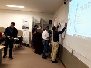 Estudiantes de la Escuela de Estudios Teológicos preparando sus presentaciones