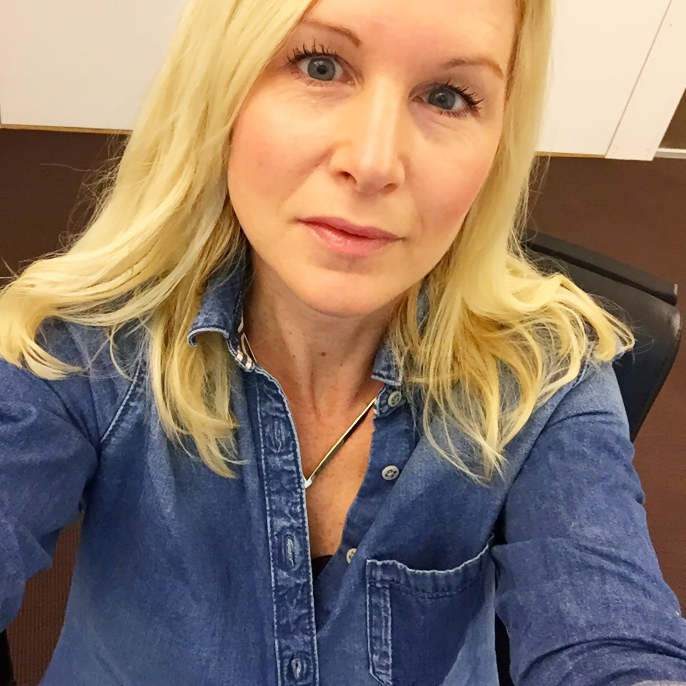 Glad Mia med jeansskjorta