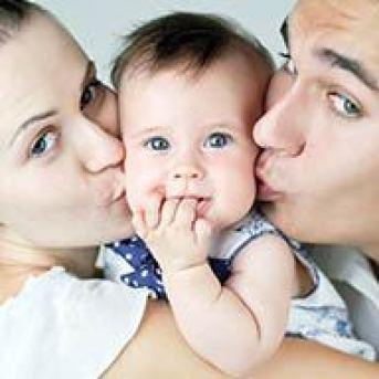 Casi la mitad de los hijos nacen ya en España fuera del matrimonio