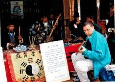 Michel Brunet ostéopathe Bordeaux: en Chine à Dali. A ses heures, Michel Brunet est guitariste. S'essayer à un instrument chinois: pas facile!