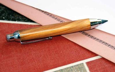 """Penna in legno di ulivo di """"A Tutto Tondo""""."""