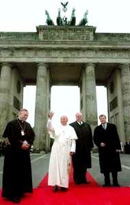 Giovanni Paolo II davanti alla porta di Brandemburgo a Berlino