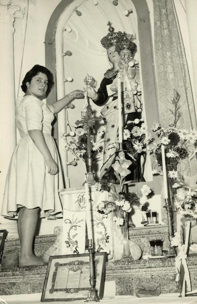 Elsa Piccolo a fianco alla Madonna del Carmine nel 1960