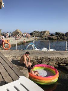 люди - дети на пляже