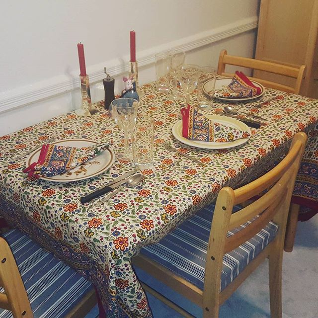 Loving my new @shade_amour table cloth and napkins in Provencal.  #dinnerguestready #beautiful #tablescape #entertaining