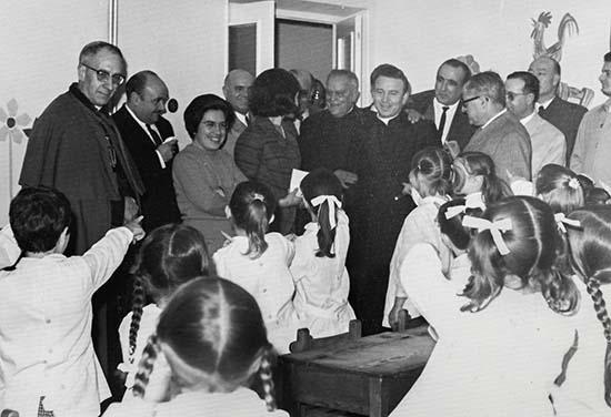 Visita del Obispo Juan Hervás Benet al Colegio San José en 1969. En el centro podemos ver a los sacerdotes Don Jesús y Don José María Gómez (detrás).