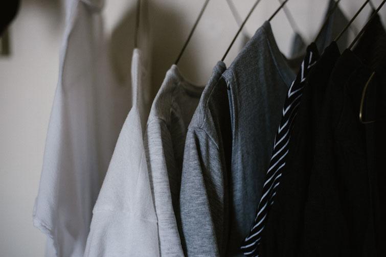 minimalistischer Kleiderschrank Kleider